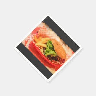 Hamburguesa servida con las fritadas servilleta de papel