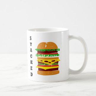 Hamburguesa triple apilada tazas de café