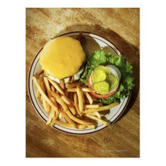 Hamburguesa y patatas fritas tarjeta postal