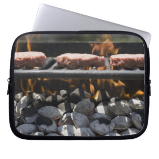 Hamburguesas que cocinan en parrilla funda portátil