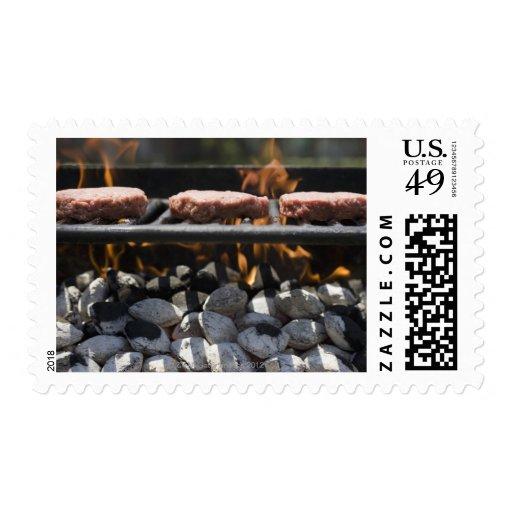 Hamburguesas que cocinan en parrilla sellos postales