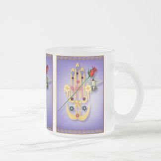Hamsa y tazas de las flores