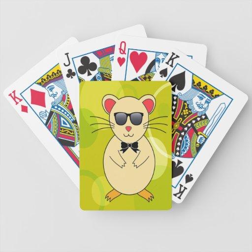 Hámster dulce con las gafas de sol y el arco de la barajas de cartas