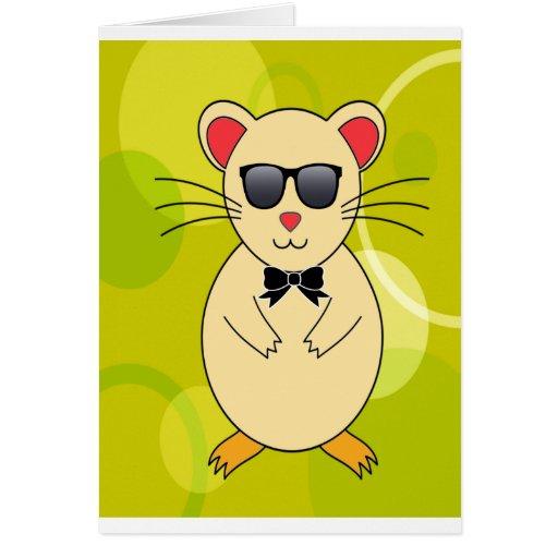 Hámster dulce con las gafas de sol y el arco de la tarjeta de felicitación
