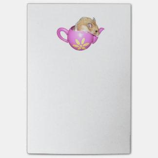Hámster lindo en una foto rosada de la tetera post-it nota