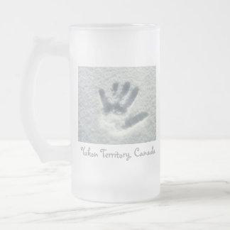 Handprint en la nieve; Territorio del Yukón Jarra De Cerveza Esmerilada