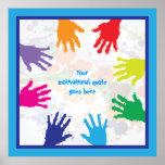 Handprints coloridos de los niños con las frontera poster