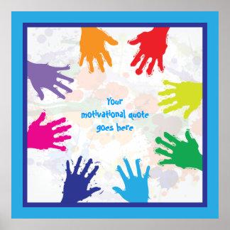 Handprints coloridos de los niños con las poster
