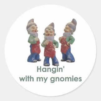 Hangin con mis pegatinas de los gnomies pegatinas redondas