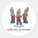 Hangin con mis pegatinas de los gnomies pegatina redonda