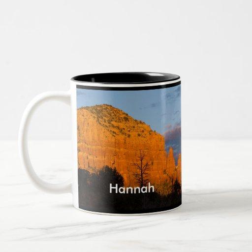 Hannah en la taza roja de la roca de la salida de