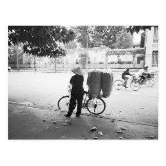 Hanoi Vietnam, mujer de la entrega de Bicyle (NR) Postales