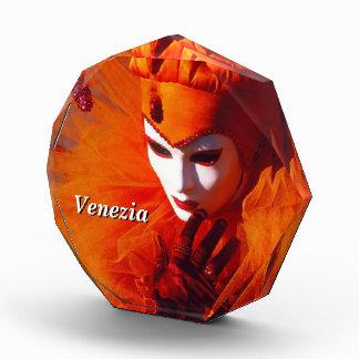 Harlequin en naranja en el carnaval de Venecia