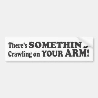 ¡Hay algo que se arrastra en su brazo! - Parachoqu Etiqueta De Parachoque