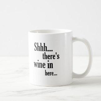 Hay cita divertida del vino adentro aquí - taza básica blanca