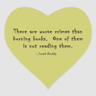 Hay crímenes peores que los libros ardientes pegatina en forma de corazón