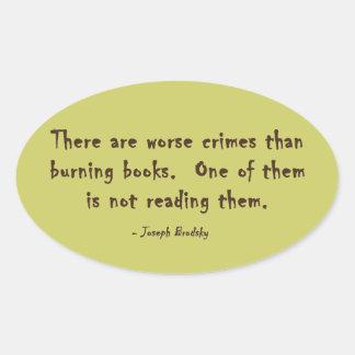 Hay crímenes peores que los libros ardientes pegatina ovalada