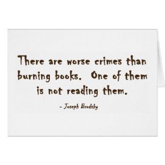 Hay crímenes peores que los libros ardientes tarjeta de felicitación
