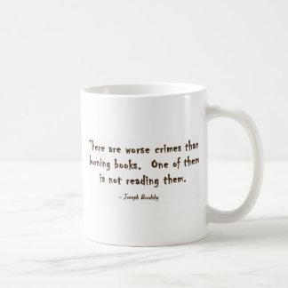 Hay crímenes peores que los libros ardientes taza de café