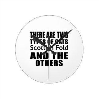 HAY DOS TIPOS de doblez del escocés de los GATOS Y Reloj Redondo Mediano