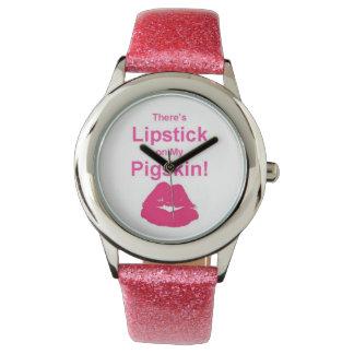 Hay lápiz labial en mi reloj de la piel de cerdo