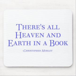 Hay todo el cielo y tierra en un libro mouse pads
