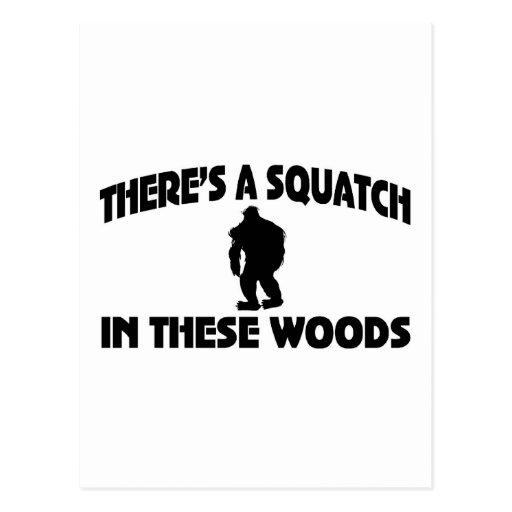 Hay un Squatch en estas maderas Postal