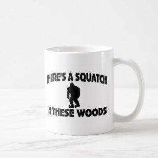Hay un Squatch en estas maderas Tazas De Café