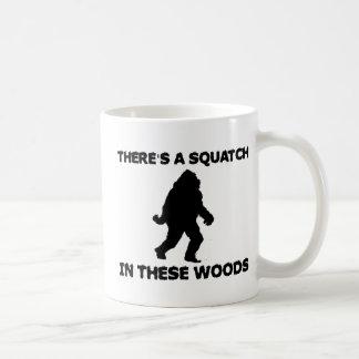 Hay un Squatch en estas maderas Taza