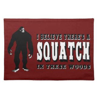 ¡Hay un Squatch en estas maderas! Vidas de Bigfoot Mantel