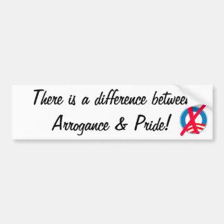 Hay una diferencia entre la arrogancia y el orgull etiqueta de parachoque