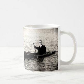 Hayek en un kajak taza de café