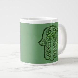 Hazaña de la mano de Hamsa: Corazón (verde) Taza Grande