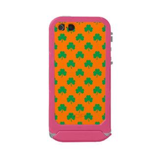 Heart-Shaped Shamrock Green on Orange St.Patrick's Incipio ATLAS ID™ iPhone 5 Case