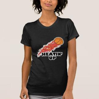 heatin encima del baloncesto en el fuego tee shirt