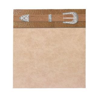 Hebilla de plata en el cuero bloc de papel