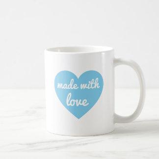 Hecho con diseño del texto del amor en corazón azu taza básica blanca