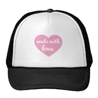 Hecho con diseño del texto del amor en corazón gorras