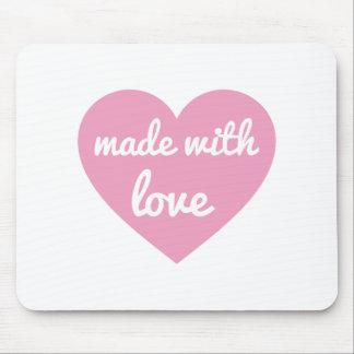 Hecho con diseño del texto del amor en corazón ros alfombrillas de ratón