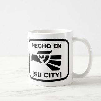 HECHO EN (SU CIUDAD) COFFEE MUG