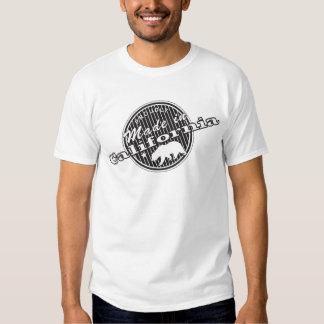 Hecho orgulloso en el camisetas de California con Poleras