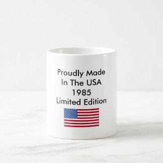 Hecho orgulloso en la edición limitada de los taza básica blanca