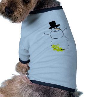 Hecho pis en el muñeco de nieve camisetas mascota