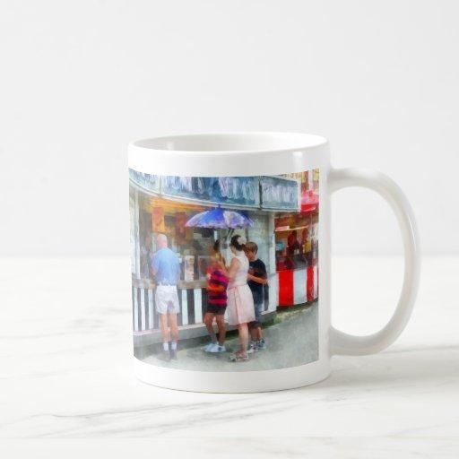 Helado de compra en la feria taza