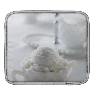 Helado de vainilla en un ambiente blanco funda para iPads