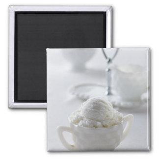 Helado de vainilla en un ambiente blanco imán para frigorífico