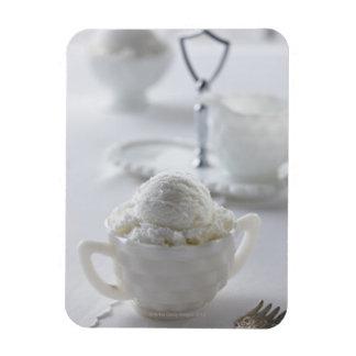 Helado de vainilla en un ambiente blanco imanes flexibles
