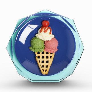 helado delicioso servido en la placa azul