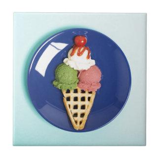 helado delicioso servido en la placa azul azulejo cuadrado pequeño
