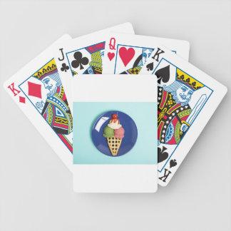 helado delicioso servido en la placa azul barajas de cartas